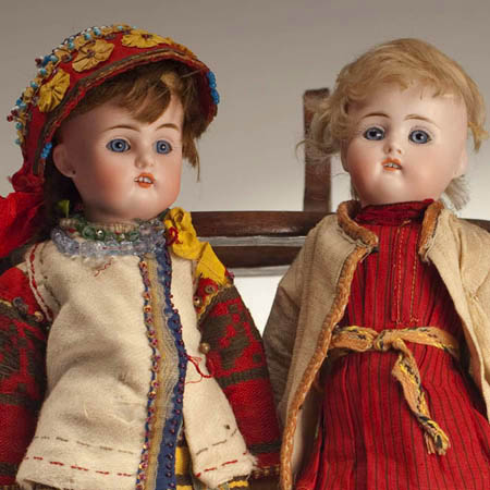 Пара кукол в русских костюмах
