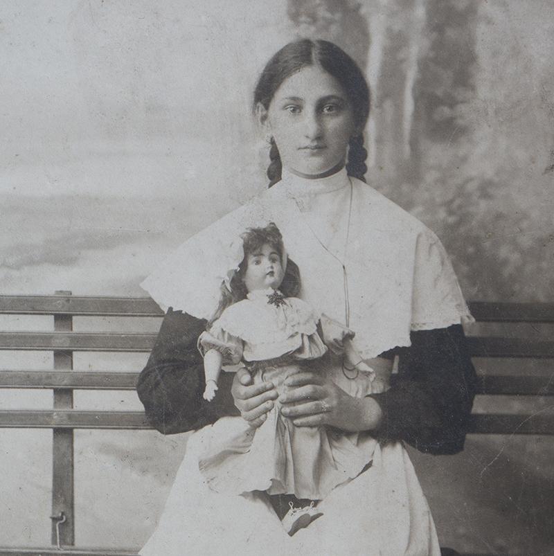Старинная Русская Фотография девушки с куклой