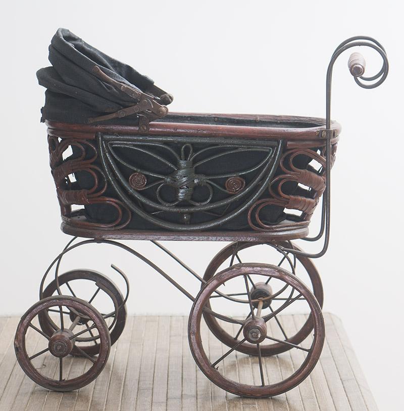 Старинная коляска для куклы
