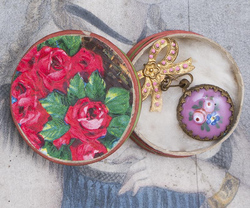 Часы-брошка для модной куклы в оригинальной коробке