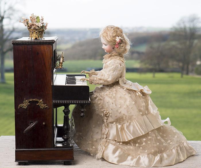 Редчайший французский автомат фирмы VICHY: кукла, играющая на пианино. Париж, 1878г.