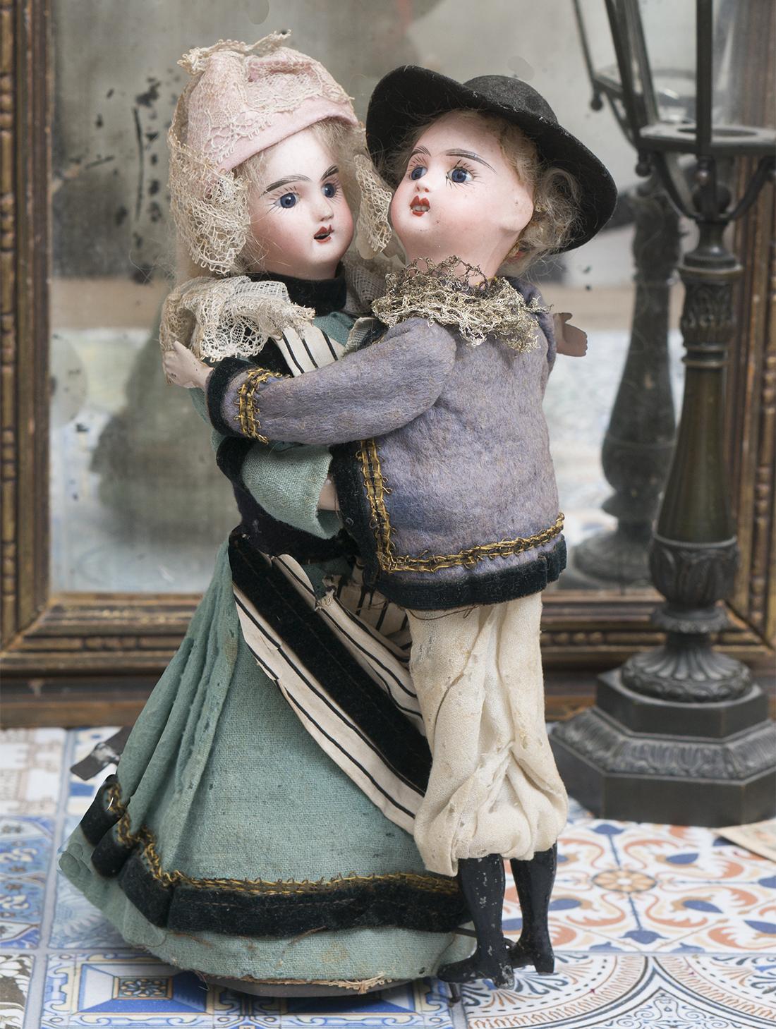 25см Механическая игрушка - две танцуюзщщие куколки в оригинальном костюме