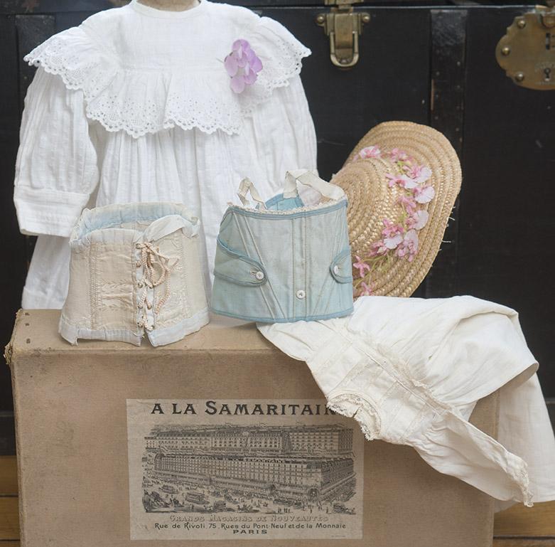 Набор оригинальной одежды в старинной коробке для куклы 62-66 см высотой