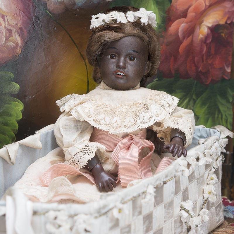 23 см Черная Куколка фирмы Gebruder Kuhnlenz в оригинальном платье и с шелковой колыбелькой