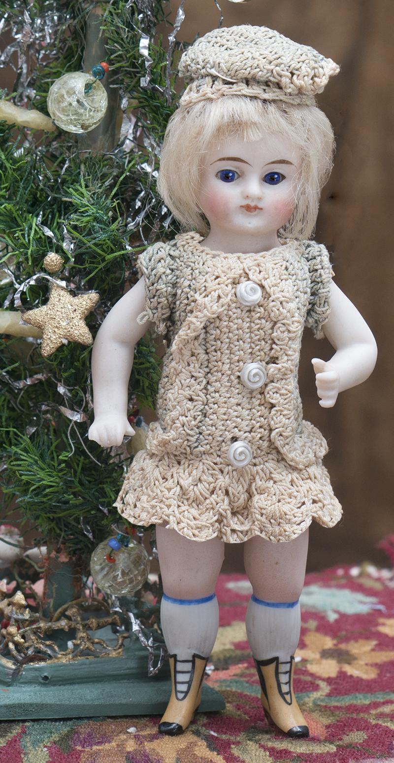 15см  Фарфоровая Куколка Mignonette в оригинальном вязаном костюме