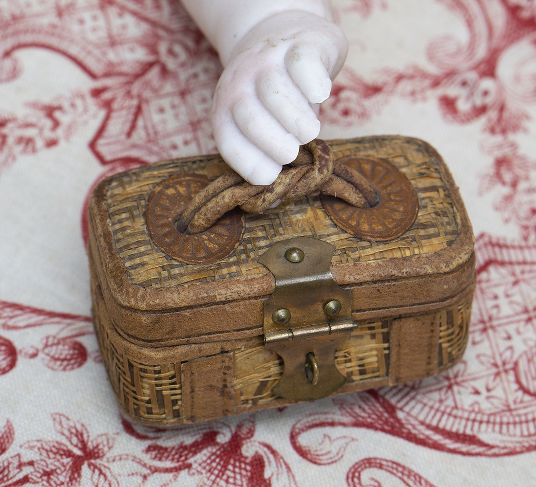 Старинный французский миниатюрный саквояж для модной куклы
