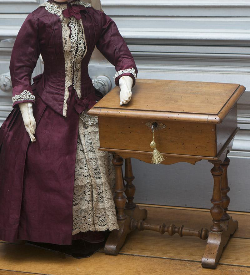 Старинный французский рукодельный столик для модной куклы