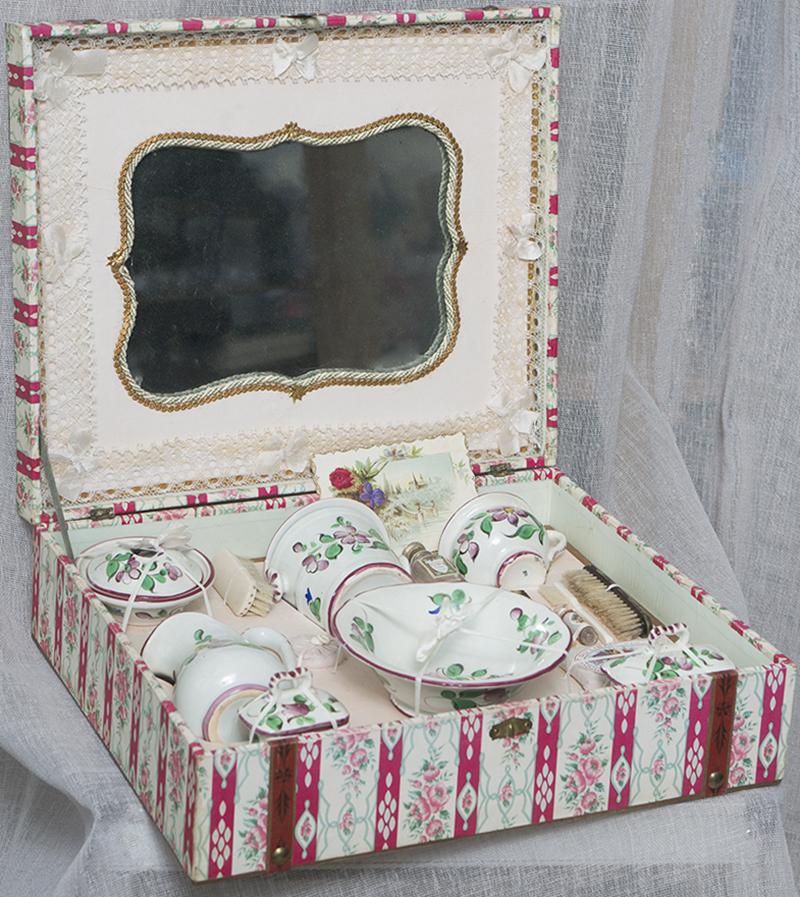 Французский туалетный кукольный сервиз в оригинальной коробке, 1880е годы