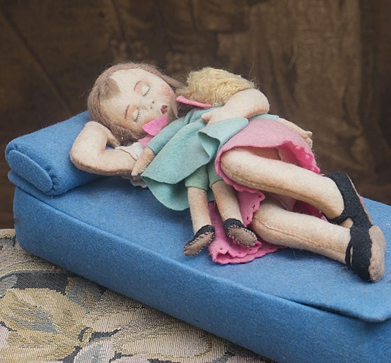 Фетровая коробка со спящей куклой и ее игрушкой