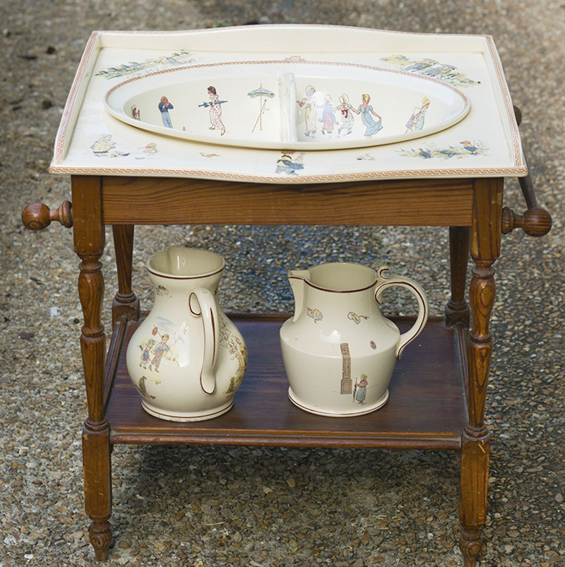 CHILD  DRESSING TABLE WITH 2 POTTERY