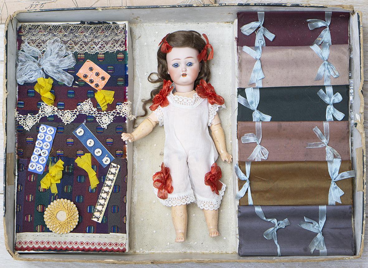 Старинный Немецкий Оригинальный набор с куколкой МАЛЕНЬКАЯ ШВЕЯ, 1900е годы