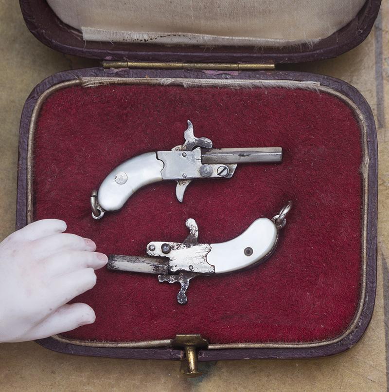 Пара миниатюрных пистолетов