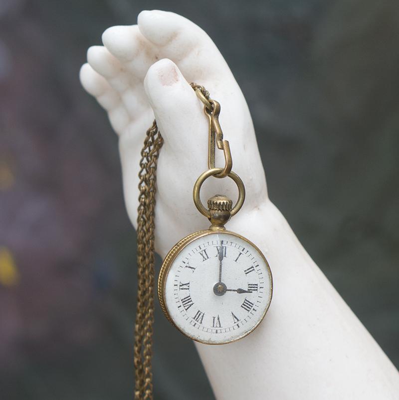 Старинные маленькие часы для модной куклы в коробке