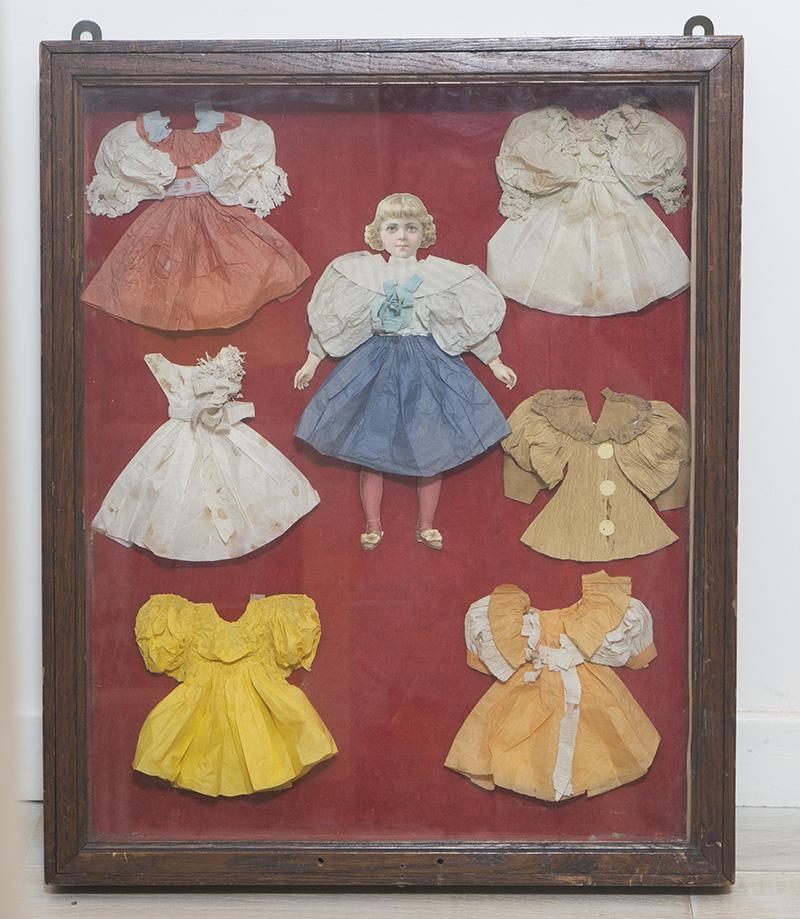 Старинная французская большая бумажная кукла с гардеробом в раме под стеклом