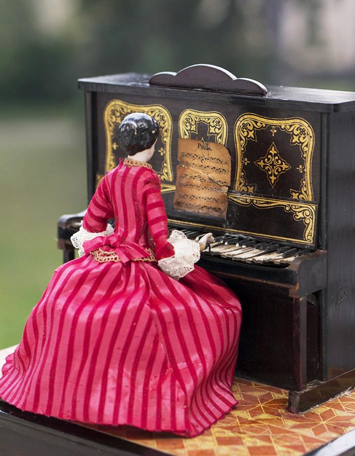 Музыкальная Шкатулка с куклой-пианисткой